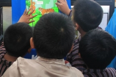 anak-anak-berpakaian-adat-jawa-membaca-komik-pendidikan