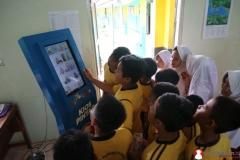 anak-sekolah-dasar-memanfaatkan-kipin-untuk-belajar