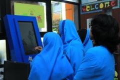 para guru sd negeri  klampis ngasem 1 menonton video pendidikan