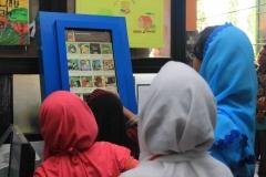 siswa-antusias-membaca-komik-melalui-kipin-atm