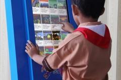 siswa-membuka-buku-pelajaran-sekolah-ebook-gratis-tanpa-internet