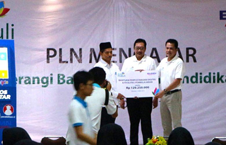 PLN  – BUMN Mengajar Gunakan KIPIN di SMA Negeri 5  Mataram – Nusa Tenggara Barat